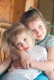αγκάλιασμα των μικρών αδε Στοκ εικόνα με δικαίωμα ελεύθερης χρήσης