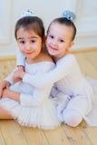Αγκάλιασμα δύο νέο χορευτών μπαλέτου Στοκ Φωτογραφία