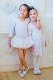 Αγκάλιασμα δύο νέο χορευτών μπαλέτου Στοκ εικόνες με δικαίωμα ελεύθερης χρήσης
