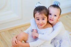 Αγκάλιασμα δύο νέο χορευτών μπαλέτου Στοκ Εικόνα