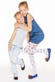 Αγκάλιασμα δύο όμορφο κοριτσιών Στοκ Φωτογραφίες