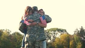 Αγκαλιάσματα του αμερικανικού στρατιώτη με familty απόθεμα βίντεο
