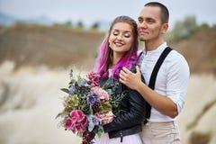 Αγκαλιάστε και φιλήστε ένα ζεύγος ερωτευμένο σε ένα πρωί άνοιξη στη φύση Ημέρα βαλεντίνου, μια στενή σχέση μεταξύ ενός άνδρα και  στοκ φωτογραφία