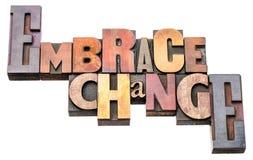 Αγκαλιάστε την περίληψη λέξης αλλαγής στον ξύλινο τύπο στοκ εικόνες με δικαίωμα ελεύθερης χρήσης