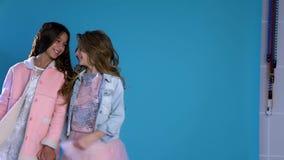Αγκαλιά γέλιου δύο μοντέρνη κοριτσιών απόθεμα βίντεο