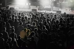 Αγκαλιά ζευγών συναυλίας στοκ εικόνες