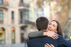 Αγκαλιά ζεύγους μετά από την πρόταση γάμου στοκ φωτογραφία