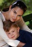 Αγκαλιά μητέρων και γιων υπαίθρια Στοκ φωτογραφία με δικαίωμα ελεύθερης χρήσης