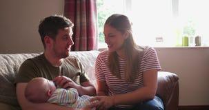 Αγκαλιές από Mum και τον μπαμπά απόθεμα βίντεο
