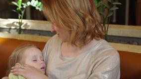 Αγκαλιάζοντας κόρη μητέρων ενώ αυτό ύπνοι, αργό mothion απόθεμα βίντεο