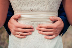 αγκαλιάσματα Men& x27 βραχίονας του s γύρω από το woman& x27 μέση του s Στοκ φωτογραφία με δικαίωμα ελεύθερης χρήσης