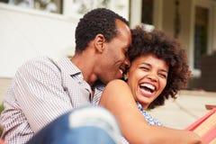 Αγκαλιά ζευγών γέλιου σε μια αιώρα στοκ εικόνες με δικαίωμα ελεύθερης χρήσης
