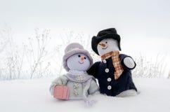 Αγκαλιά ζευγών χιονανθρώπων στο χιόνι Στοκ Εικόνες