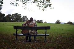 Αγκαλιά στο πάρκο Στοκ φωτογραφίες με δικαίωμα ελεύθερης χρήσης