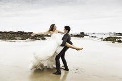 Αγκαλιασμένη νεόνυμφοι παραλία στοκ εικόνες με δικαίωμα ελεύθερης χρήσης