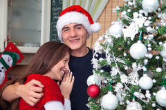 Αγκαλιασμένο ζεύγος στη Παραμονή Χριστουγέννων Στοκ φωτογραφία με δικαίωμα ελεύθερης χρήσης