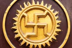 Αγκυλωτός σταυρός που χαράζεται και που επισύρεται την προσοχή σε έναν βράχο του ναού, ένα αρχαίο ηλιακό σύμβολο hinduism στον ιν στοκ φωτογραφία με δικαίωμα ελεύθερης χρήσης
