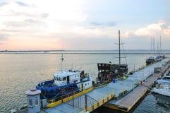 Αγκυροβόλιο για τα γιοτ και τις βάρκες στο θαλάσσιο λιμένα στοκ εικόνα
