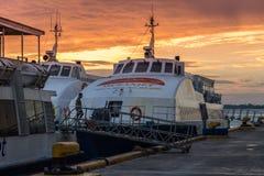 Αγκυροβόλιο πορθμείων Oceanjet στο τερματικό επιβατών πορθμείων στο χρόνο πρωινού στην πόλη του Κεμπού, Φιλιππίνες Τον Αύγουστο τ στοκ εικόνα με δικαίωμα ελεύθερης χρήσης