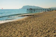 Αγκυροβόλιο στην παραλία με την κίτρινη άμμο και μπλε θάλασσα για τις καλοκαιρινές διακοπές Alanya, περιοχή Antalya, Τουρκία, Ασί στοκ εικόνα με δικαίωμα ελεύθερης χρήσης