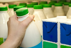 αγοράζοντας γάλα στοκ φωτογραφία