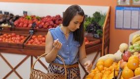 αγοράζοντας γυναίκα καρπών απόθεμα βίντεο