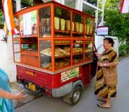 αγοράζοντας γυναίκα ψωμιού Στοκ εικόνες με δικαίωμα ελεύθερης χρήσης