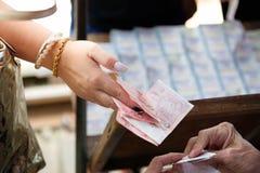 Αγοράζοντας εισιτήριο λαχειοφόρων αγορών στοκ φωτογραφίες με δικαίωμα ελεύθερης χρήσης