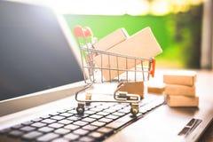 Αγοράζοντας και πωλώντας on-line, ιδέα για το ψηφιακό εμπόριο στοκ εικόνες με δικαίωμα ελεύθερης χρήσης