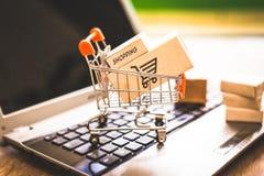 Αγοράζοντας και πωλώντας on-line, ιδέα για το ψηφιακό εμπόριο στοκ φωτογραφία με δικαίωμα ελεύθερης χρήσης