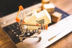 Αγοράζοντας και πωλώντας on-line, ιδέα για το ψηφιακό εμπόριο στοκ εικόνες