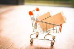 Αγοράζοντας και πωλώντας on-line, ιδέα για το ψηφιακό εμπόριο στοκ φωτογραφίες με δικαίωμα ελεύθερης χρήσης