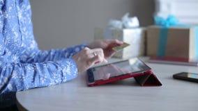 Αγοράζοντας τα δώρα σε απευθείας σύνδεση