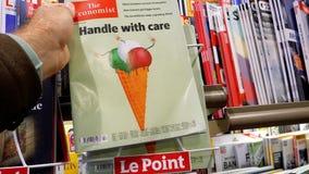 Αγοράζοντας Τύπος εφημερίδων επιχειρησιακού The Economist ατόμων φιλμ μικρού μήκους