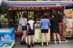 Αγοράζοντας take-$l*away τρόφιμα, Σαγκάη Στοκ εικόνα με δικαίωμα ελεύθερης χρήσης