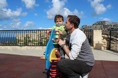 Αγοράκι ενός έτους βρεφών στην παιδική χαρά στοκ εικόνα
