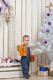 Αγοράκι κάτω από το δέντρο έλατου Χριστουγέννων Στοκ εικόνα με δικαίωμα ελεύθερης χρήσης