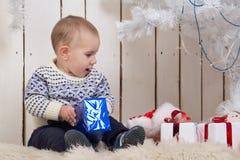 Αγοράκι κάτω από το δέντρο έλατου Χριστουγέννων Στοκ εικόνες με δικαίωμα ελεύθερης χρήσης