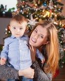 Αγοράκι και μαμά, πορτρέτο Χριστουγέννων Στοκ Εικόνες
