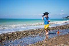 Αγοράκι με τη βάρκα παιχνιδιών κοντά στη θάλασσα στοκ φωτογραφίες