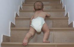 Αγοράκι που σέρνεται επάνω στα σκαλοπάτια Στοκ Εικόνες