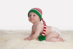Αγοράκι που φορά μια γυναικεία κάλτσα ΚΑΠ νεραιδών Χριστουγέννων Στοκ Εικόνα