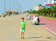 Αγοράκι στην κίνηση, που περπατά στην παραλία στην ηλιόλουστη ημέρα Στοκ Φωτογραφίες