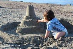 Αγοράκι στο παιχνίδι παραλιών με την άμμο στοκ εικόνες