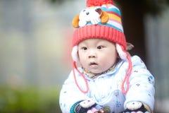 Αγοράκι στο ρόδινο πλεκτό χειμώνας καπέλο Στοκ Εικόνες