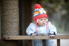 Αγοράκι στο ρόδινο πλεκτό χειμώνας καπέλο Στοκ φωτογραφία με δικαίωμα ελεύθερης χρήσης