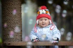 Αγοράκι στο ρόδινο πλεκτό χειμώνας καπέλο Στοκ Φωτογραφία