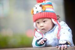 Αγοράκι στο ρόδινο πλεκτό χειμώνας καπέλο Στοκ εικόνα με δικαίωμα ελεύθερης χρήσης