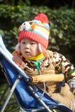 Αγοράκι στο ρόδινο πλεκτό χειμώνας καπέλο Στοκ εικόνες με δικαίωμα ελεύθερης χρήσης