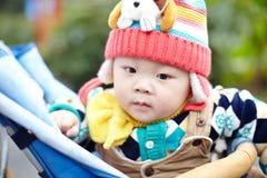Αγοράκι στο ρόδινο πλεκτό χειμώνας καπέλο Στοκ φωτογραφίες με δικαίωμα ελεύθερης χρήσης